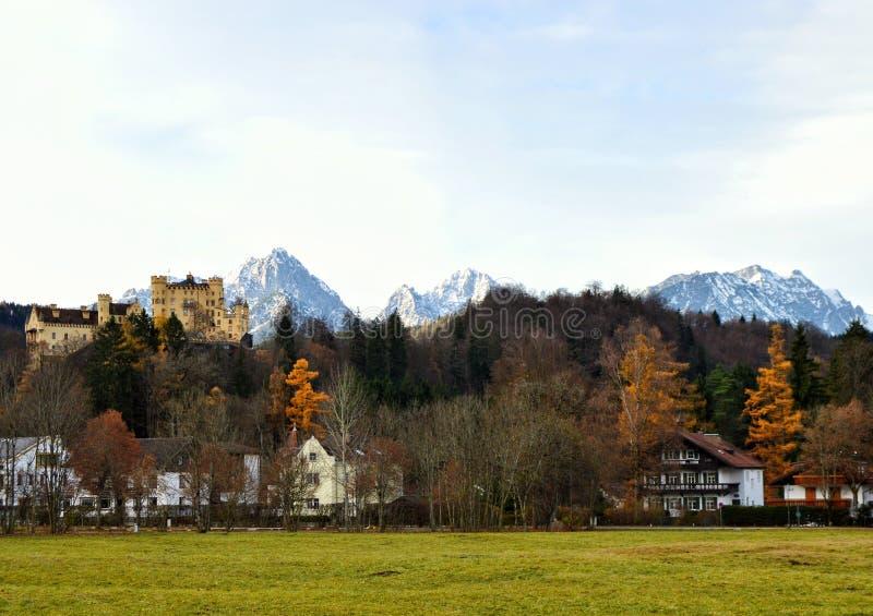 Castillo de Hohenschwangau en Baviera Alemania, montañas fotografía de archivo