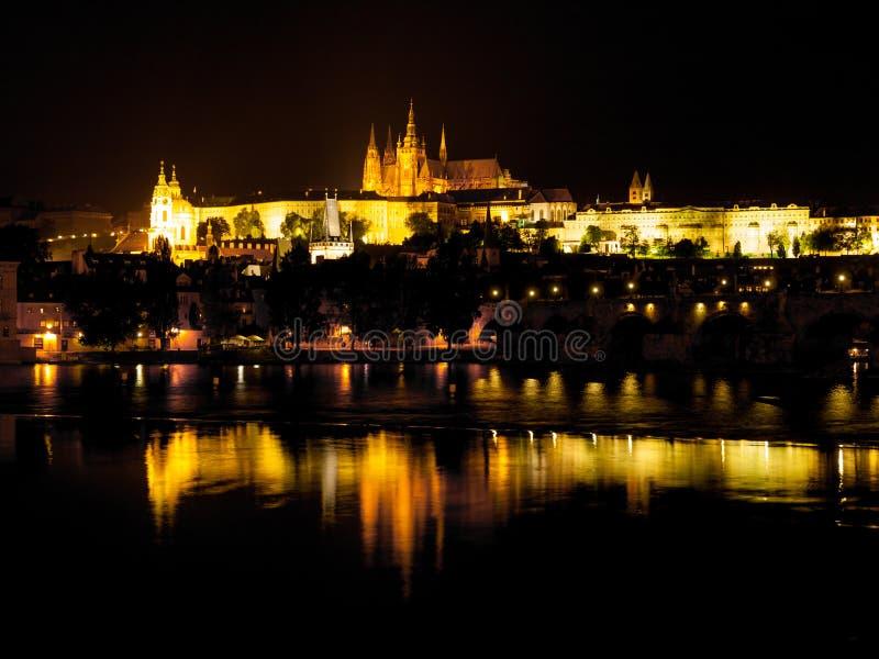 Castillo de Hradcany en la noche fotografía de archivo libre de regalías