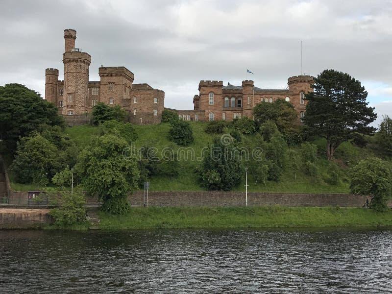 Castillo de Inverness que pasa por alto el río Ness en Escocia fotografía de archivo