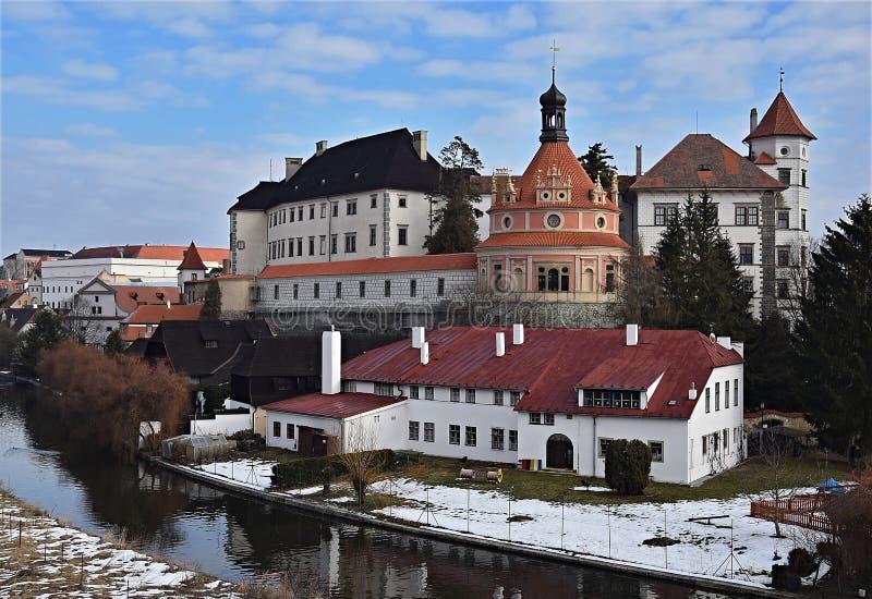 Castillo de Jindrichuv Hradec sobre el río del nezarka fotos de archivo libres de regalías