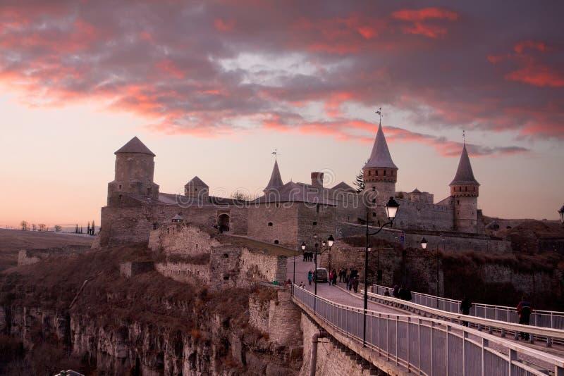 Castillo de Kamianets-Podilskyi en la oscuridad fotos de archivo