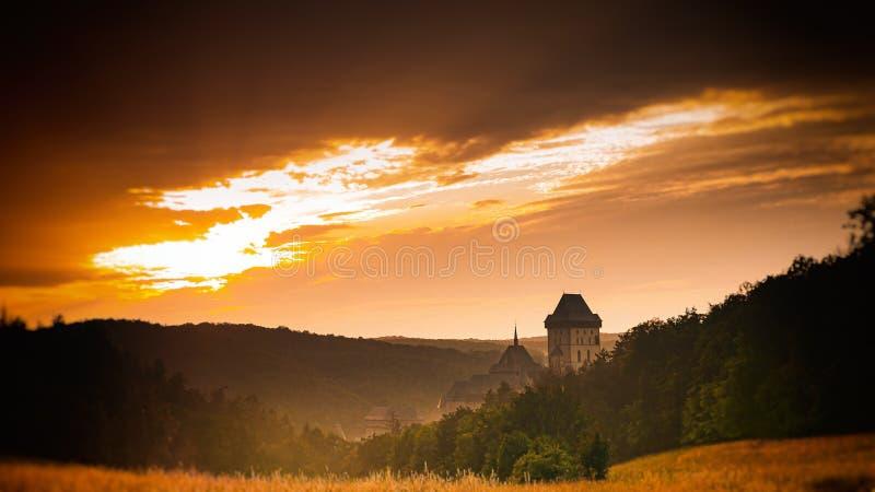 Castillo de Karlstejn en la puesta del sol fotos de archivo