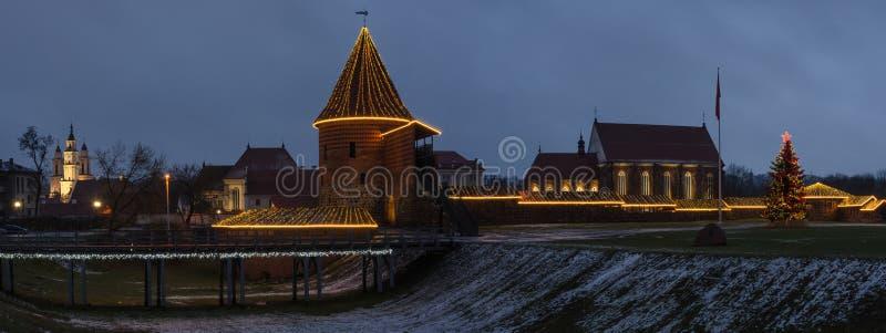 Castillo de Kaunas en panorama de la opinión de noche de la Navidad fotografía de archivo libre de regalías