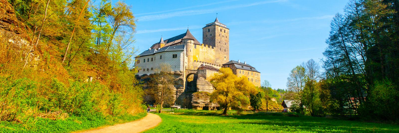 Castillo de Kost en el paraíso bohemio, República Checa Visión panorámica desde el valle de Plakanek fotografía de archivo