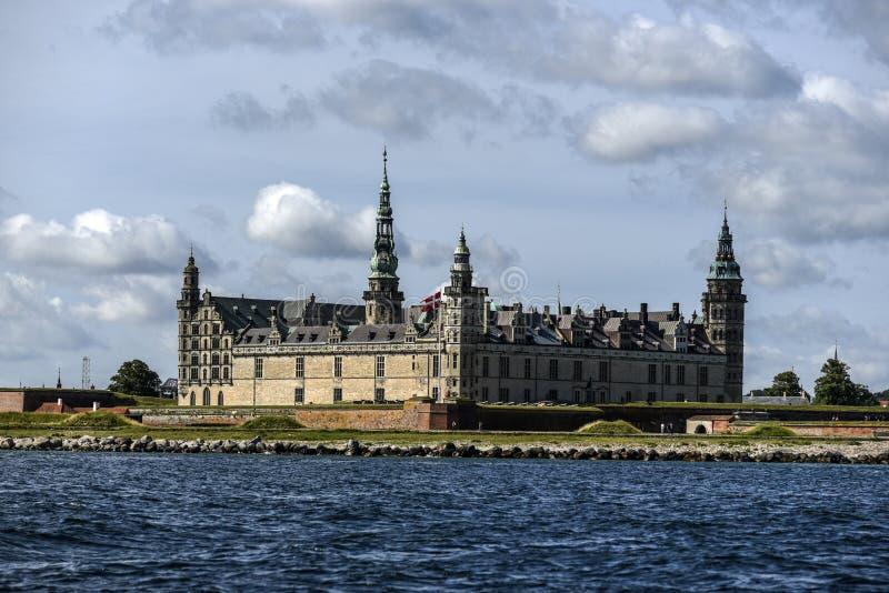 Castillo de Kronborg en Dinamarca, visión desde el agua, verano soleado DA fotos de archivo