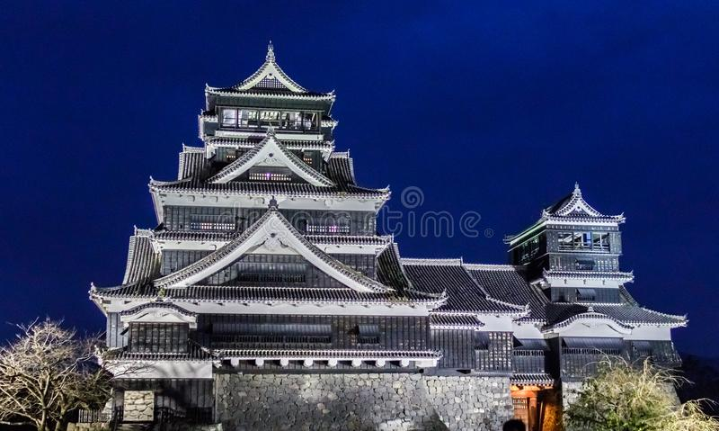 Castillo de Kumamoto en la noche en Kumamoto, Kyushu septentrional, Japón foto de archivo