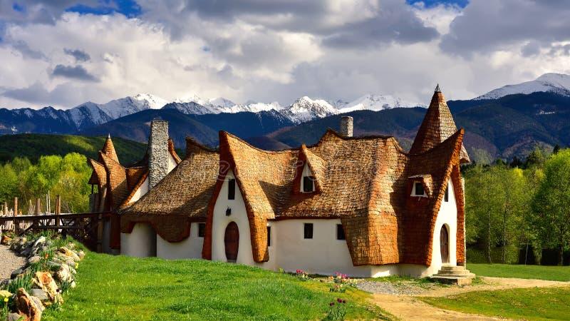Castillo de la arcilla de Transilvania en Rumania, en la primavera con las montañas en el fondo fotografía de archivo libre de regalías