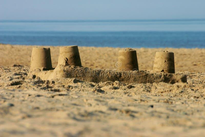 Castillo de la arena en una playa. fotos de archivo