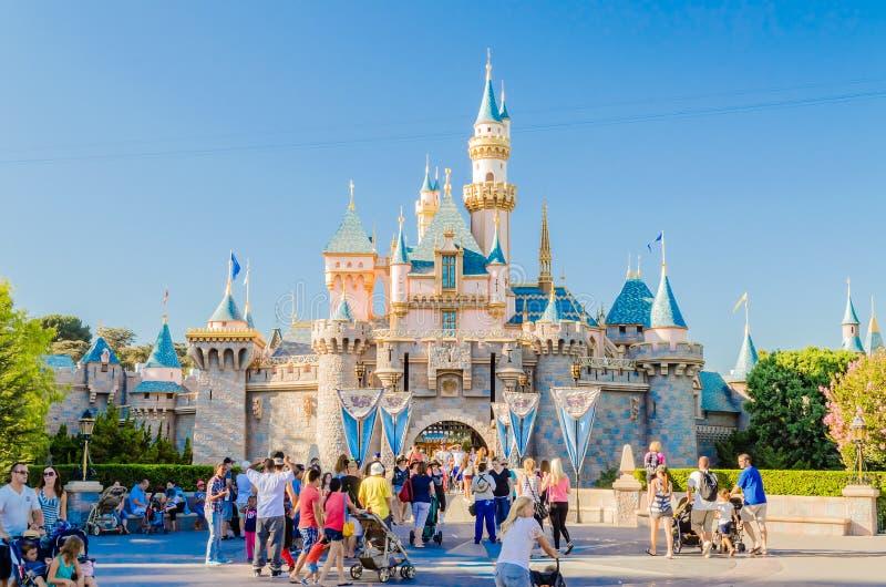 Castillo de la bella durmiente en el parque de Disneyland foto de archivo libre de regalías