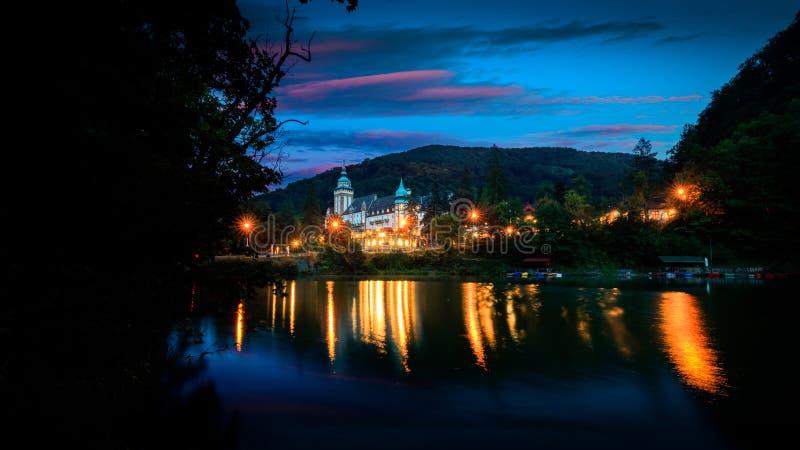 Castillo de leña, Miskolc, Hungría por la noche fotos de archivo libres de regalías
