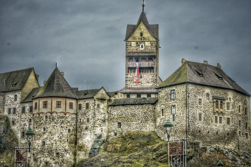 Castillo de Loket en el bosque cerca de Karlovy Vary en la República Checa fotos de archivo