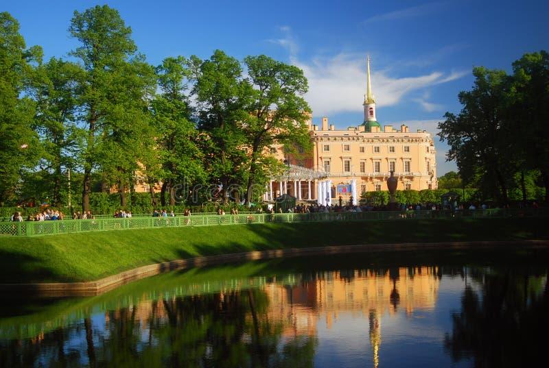 Castillo de Mikhailovsky, visión desde el jardín del verano imagen de archivo