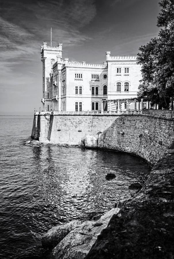 Castillo de Miramare cerca de Trieste, Italia, descolorida foto de archivo