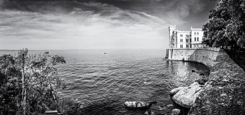Castillo de Miramare cerca de Trieste, Italia, descolorida imágenes de archivo libres de regalías