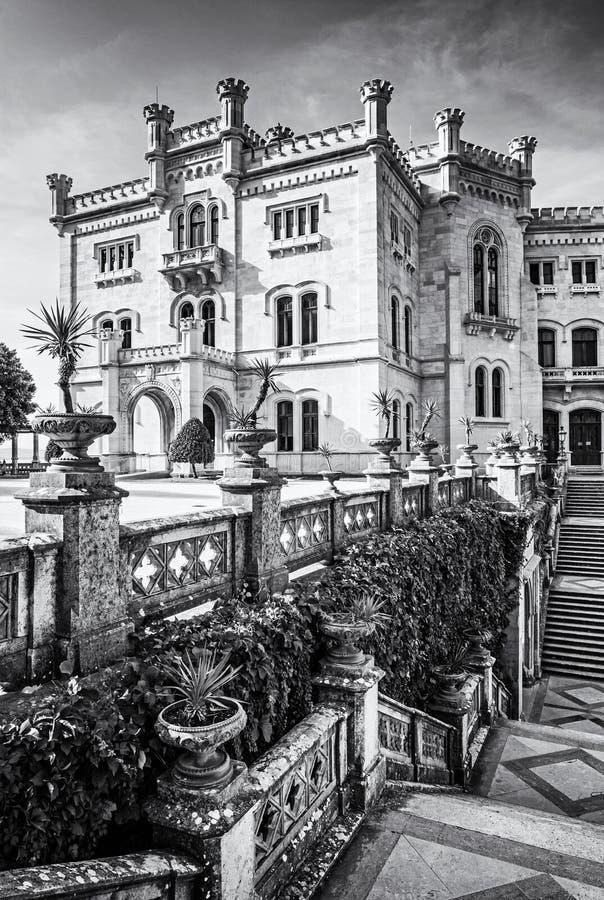 Castillo de Miramare cerca de Trieste, Italia, descolorida fotos de archivo