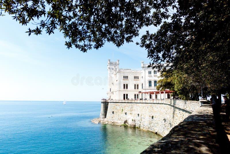 Castillo de Miramare en el golfo de Trieste, Italia fotografía de archivo