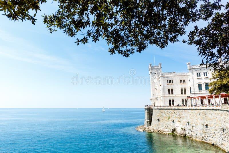 Castillo de Miramare en el golfo de Trieste, Italia fotos de archivo