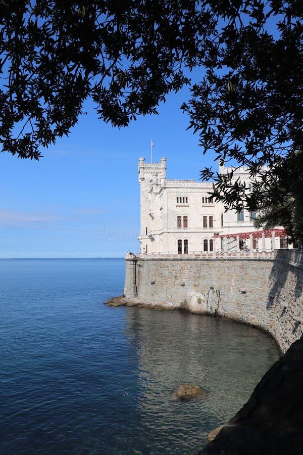 Castillo de Miramare en Italia imagen de archivo libre de regalías
