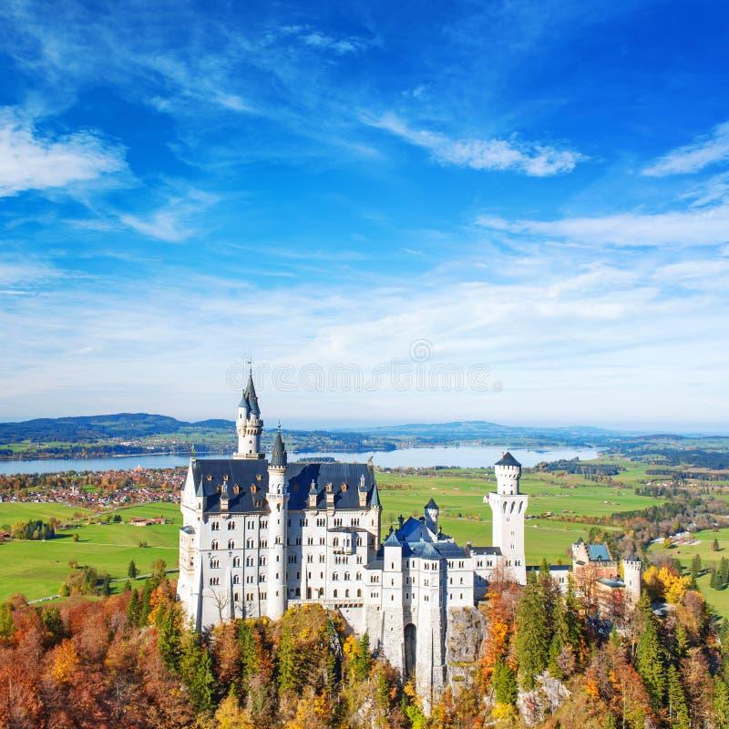 Castillo de Neuschwanstein en Baviera de Alemania de la señal de la caída fotografía de archivo