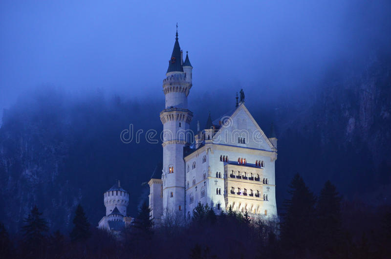 Castillo de Neuschwanstein en la noche fotos de archivo