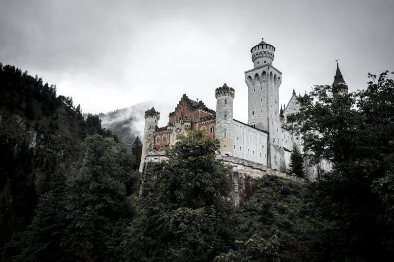 Castillo de Neuschwanstein en niebla foto de archivo libre de regalías