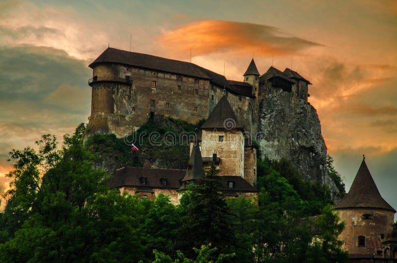 Castillo de Orava en Eslovaquia en la puesta del sol imagen de archivo libre de regalías