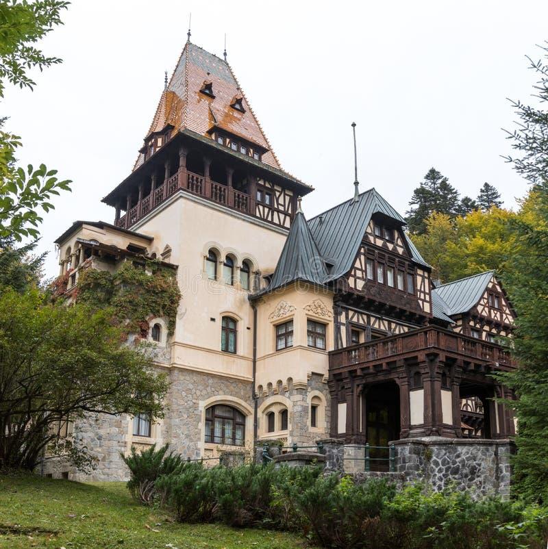 Castillo de Pelisor situado cerca del castillo de Pelesh en Sinaia, en Rumania imagen de archivo libre de regalías