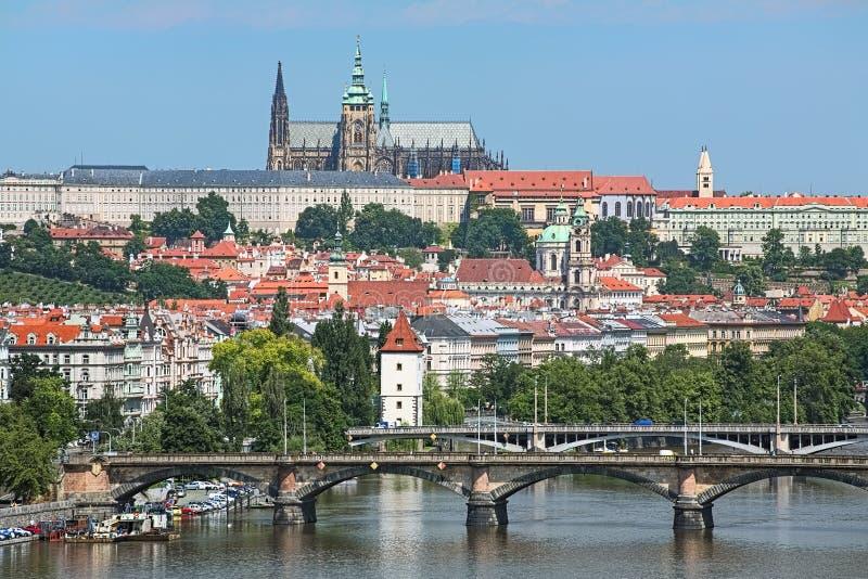 Castillo de Praga con el distrito del St Vitus Cathedral, de Mala Strana y los puentes a través del río de Moldava, República Che foto de archivo libre de regalías