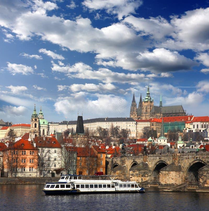 Castillo de Praga con el puente famoso de Charles fotografía de archivo