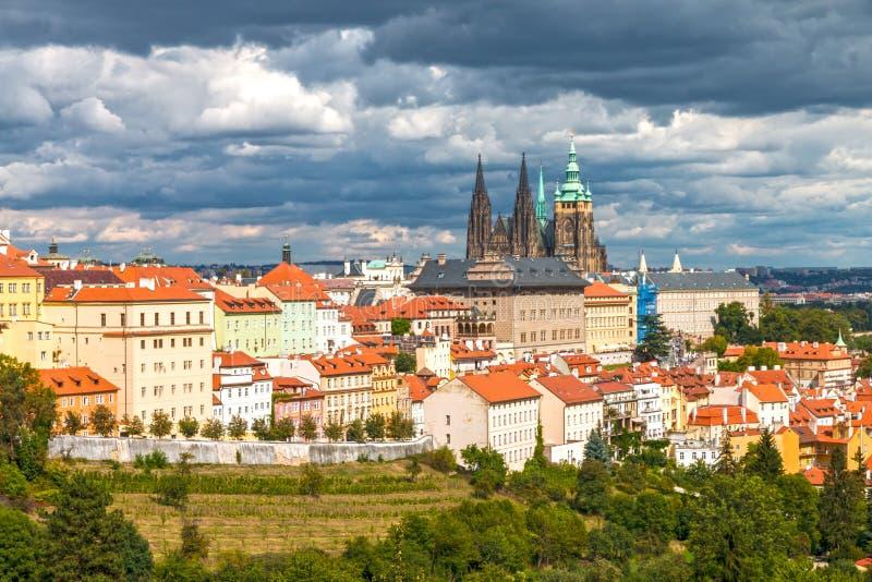 Castillo de Praga con las nubes dramáticas imagen de archivo libre de regalías