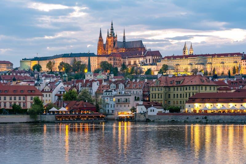Castillo de Praga con St Vitus Cathedral sobre poca ciudad Mala Strana en la puesta del sol, República Checa fotografía de archivo