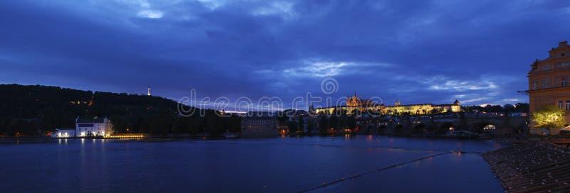 Castillo de Praga en la noche fotografía de archivo