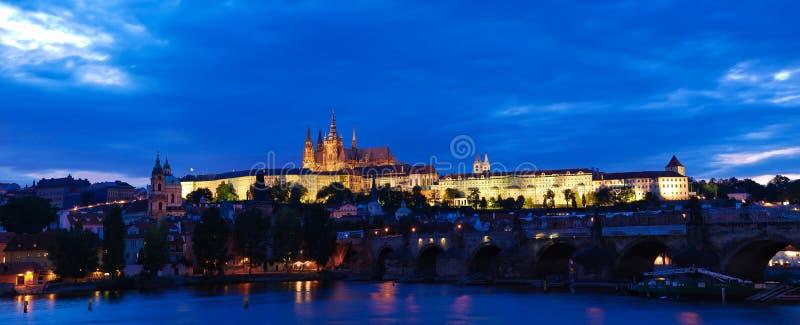 Castillo de Praga en la noche fotos de archivo
