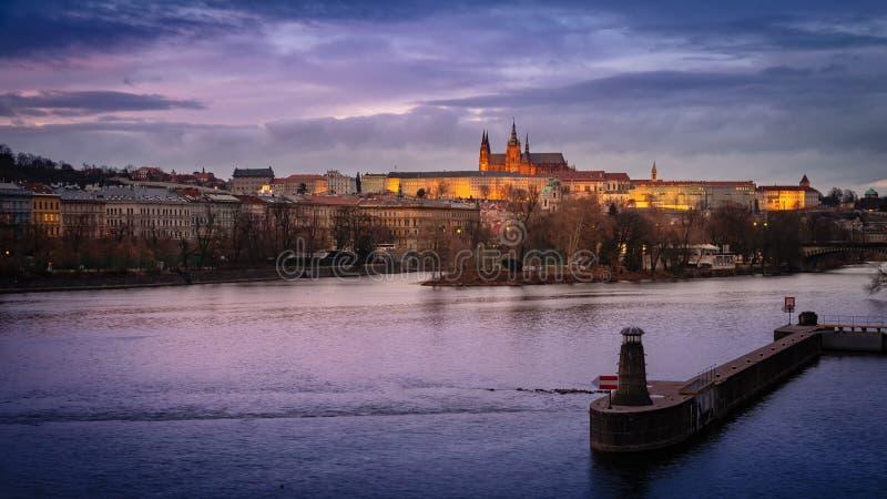 Castillo de Praga en las primeras horas de la noche, vista desde la Torre del Puente de la Ciudad Vieja imagen de archivo libre de regalías