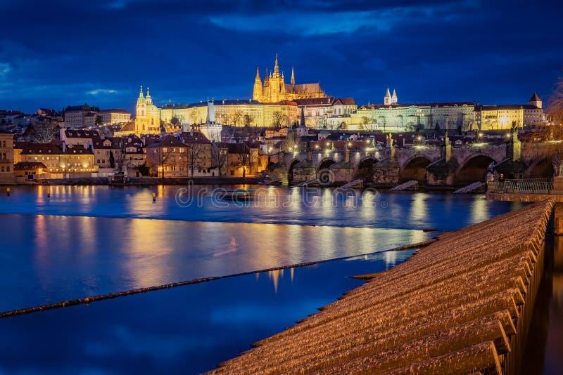 Castillo de Praga en las primeras horas de la noche, vista desde la Torre del Puente de la Ciudad Vieja imagenes de archivo