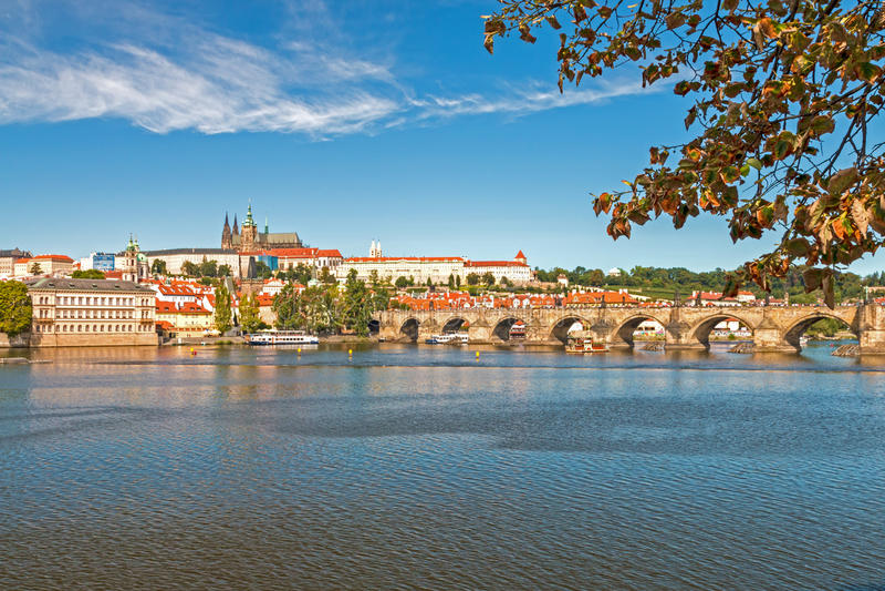 Castillo de Praga y puente de Charles fotos de archivo