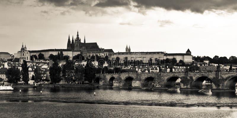 Castillo de Praga y puente de Charles antes de la tormenta fotos de archivo