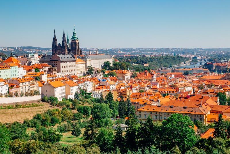 Castillo de Praga y St Vitus Cathedral de la colina de Petrin en Checo imagenes de archivo