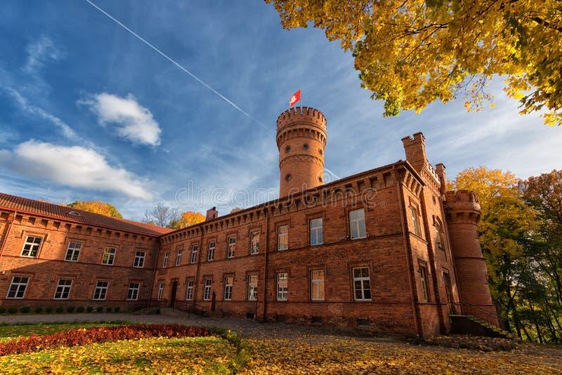 Castillo de Raudone, Lituania, escena del otoño fotos de archivo