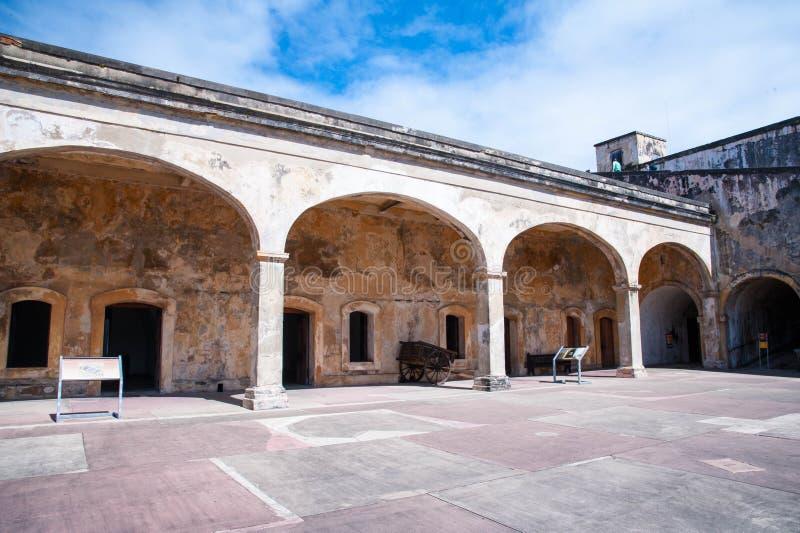 Castillo De San Cristobal fortbågar royaltyfria foton