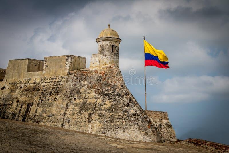 Castillo de San Felipe och colombiansk flagga - Cartagena, Colombia arkivbild