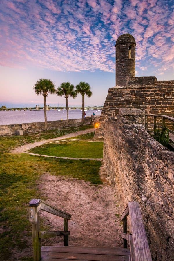 Castillo de San Marcos на заходе солнца, в Августине Блаженном, Флорида стоковые фотографии rf