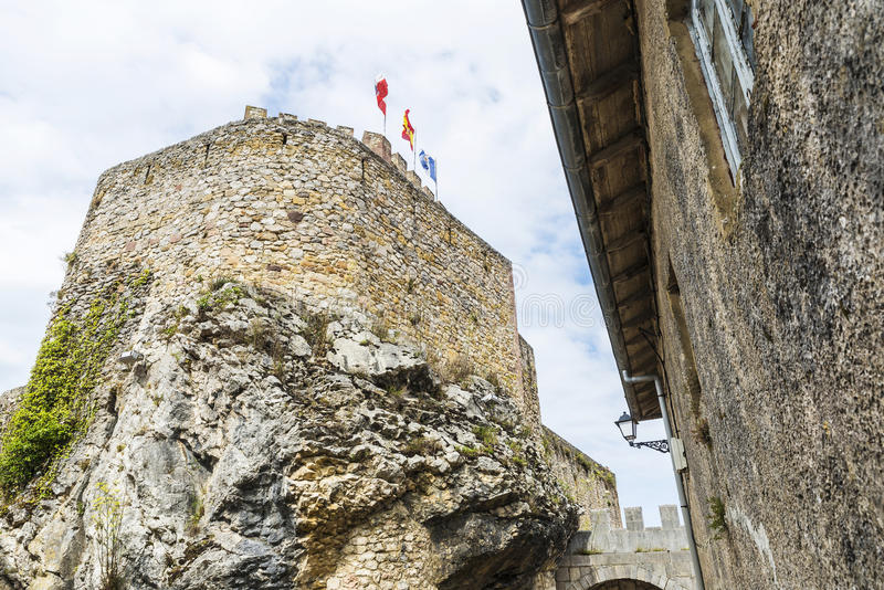 Castillo de San Vicente de la Barquera, España imagenes de archivo