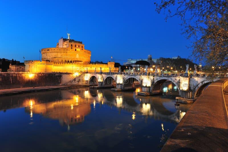 Castillo de Sant Ángel, Roma, río de Tevere en la noche imágenes de archivo libres de regalías
