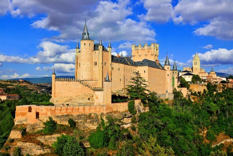 Castillo de Segovia, España en una colina con la ciudad vieja detrás imagen de archivo