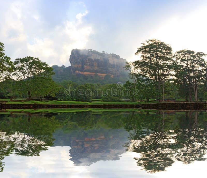 Castillo de Sigiriya en niebla de la mañana fotografía de archivo