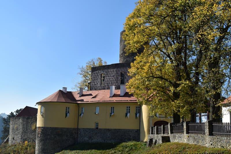 Castillo de Svojanov en paleta de colores del otoño República Checa imágenes de archivo libres de regalías