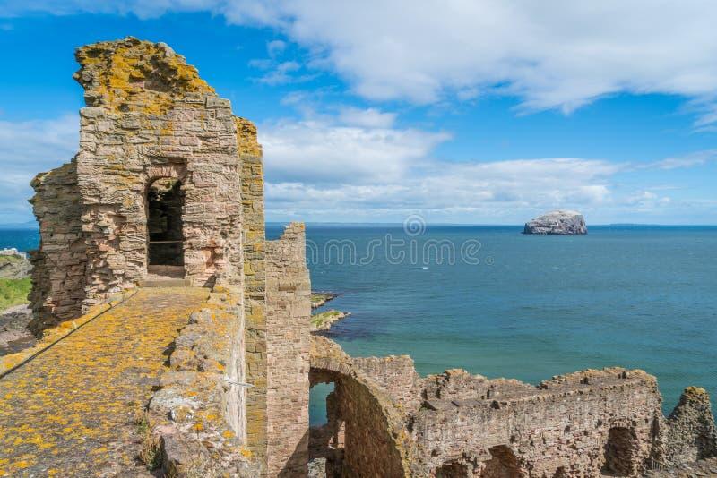 Castillo de Tantallon, fortaleza semi-arruinada de los mediados del siglo XIV, situada 5 kilómetros al este de Berwick del norte, foto de archivo libre de regalías