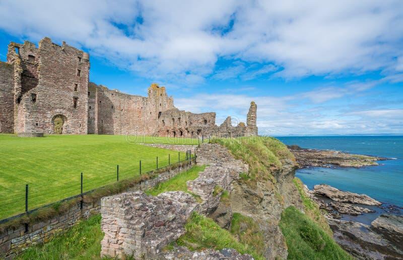 Castillo de Tantallon, fortaleza semi-arruinada de los mediados del siglo XIV, situada 5 kilómetros al este de Berwick del norte, imagenes de archivo