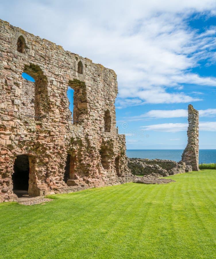Castillo de Tantallon, fortaleza semi-arruinada de los mediados del siglo XIV, situada 5 kilómetros al este de Berwick del norte, fotografía de archivo